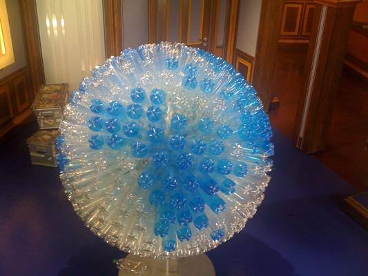 Globus aus PET-Flaschen, W wie Wissen